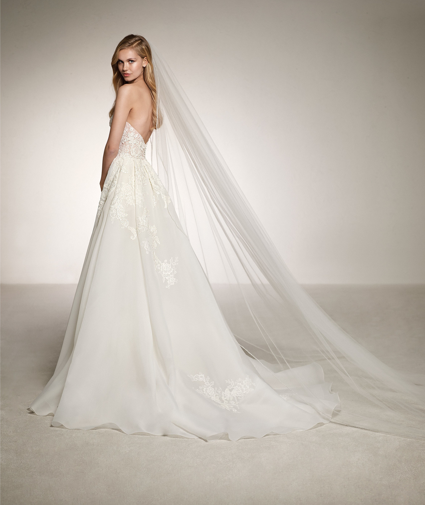 vestuvines-sukneles-atelier-pronovias-dinara-b